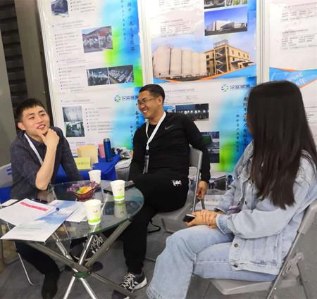 河北汉蓝业务代表在上海动力展与客户交流